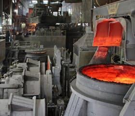 粗鋼生産に占める電炉の割合は欧米などに比べて低い(中山鋼業の製鋼工場)