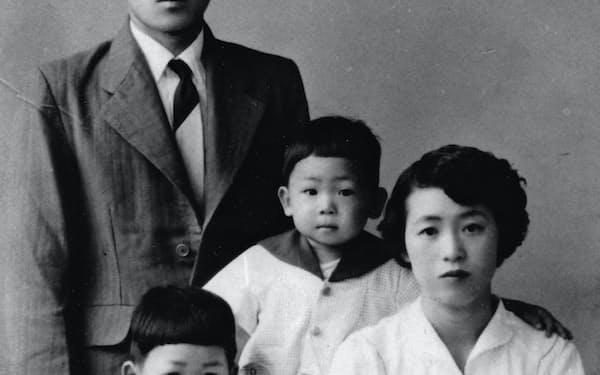 両親、弟と(左下が筆者、1958年)