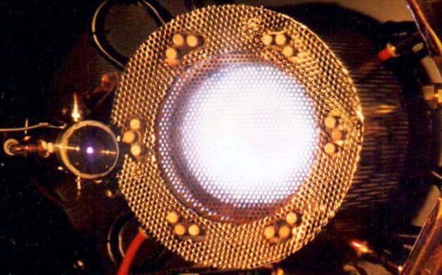 イオンエンジンの部品をつなぎ直して動かし、地球に帰還した=JAXA提供
