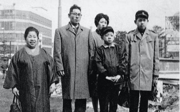 家族とともに上京(旭川駅前で、右端が筆者)