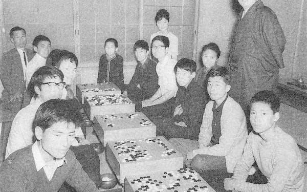 道場での木谷先生(右上)。手前右から3人目が筆者(1965年ごろ)