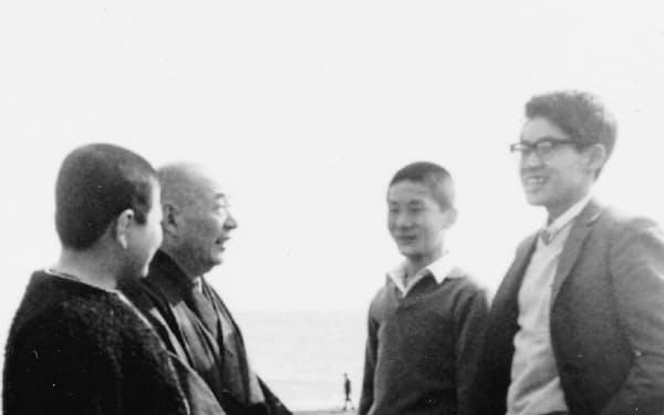 木谷先生(左から2人目)と平塚の海岸を散歩した(右端が筆者、その左が趙治勲さん)