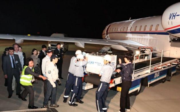回収したカプセルは小型チャーター機で羽田空港まで運んだ=JAXA提供