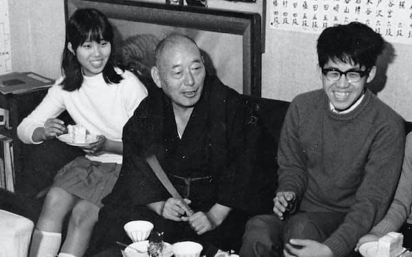 木谷道場で先生と(左端は小川誠子七段、1968年頃)