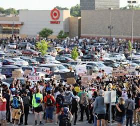 ミネアポリスでは6月に入ってもデモが続く=AP