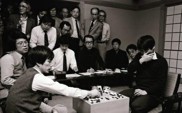 加藤さん(左)に勝った瞬間、思わず涙がこぼれた(1984年4月)