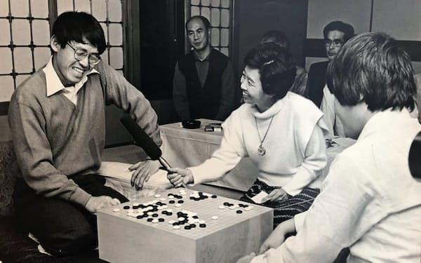 趙治勲さん(右)から名人位を奪取しインタビューに答える(1985年11月)