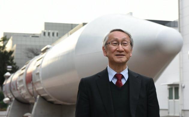 はやぶさを打ち上げたM5ロケットの実機模型を背にする川口氏