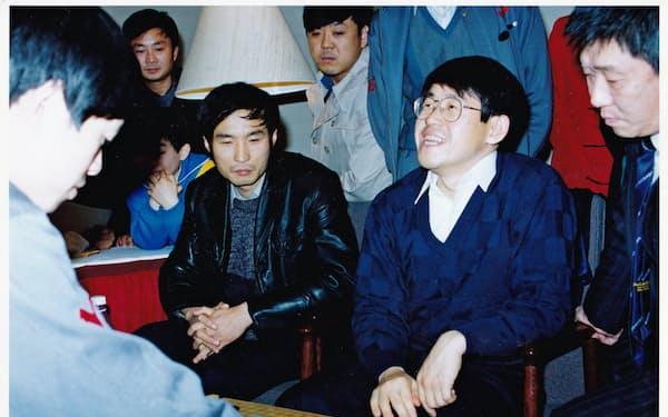 中国の馬名人(左)を下した(右から2人目が筆者。1991年12月、北京で)