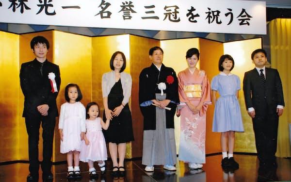 60歳のときの「名誉三冠を祝う会」で家族とともに(2012年9月)