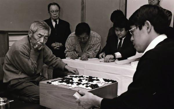 王座戦では秀行先生(左)に見事にやられた(1992年10月、静岡県伊東市)