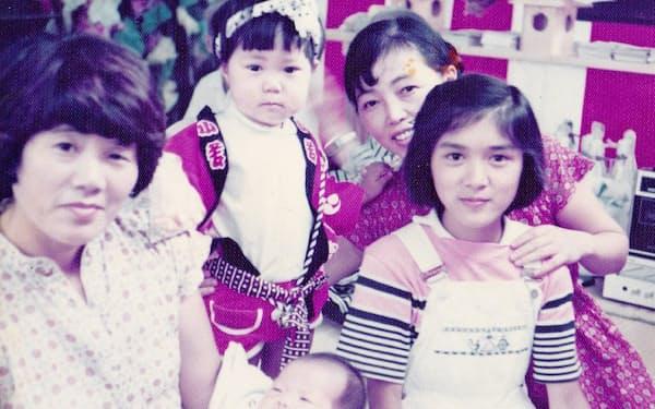 後列右が禮子、同左が泉美(1979年ごろ)