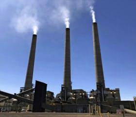 米国でも石炭火力発電のシェアは低下している(閉鎖前のアリゾナ州の発電所)=AP