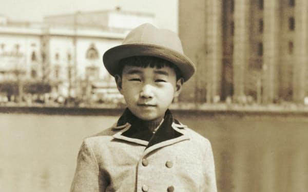 皇居のお堀端に立つ9歳の筆者