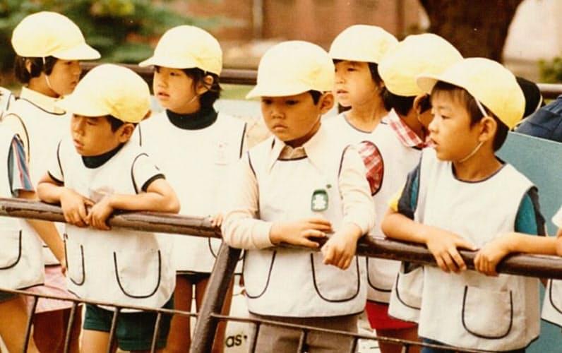 小さなころから周りに合わせるのが苦手だった(幼稚園児の時、前列右端が森岡氏)