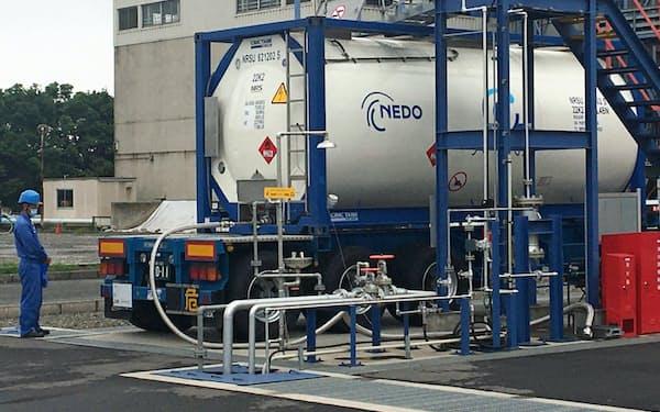 日本に到着したMCHのタンクコンテナ(川崎市の東亜石油京浜製油所)