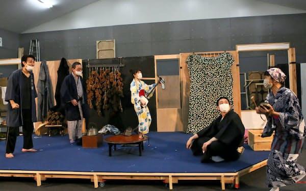 こまつ座「人間合格」の稽古は感染症対策で俳優がマスクを着けて行われた=宮川 舞子撮影