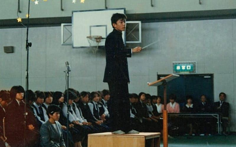 中学時代、音楽会で指揮をする森岡氏