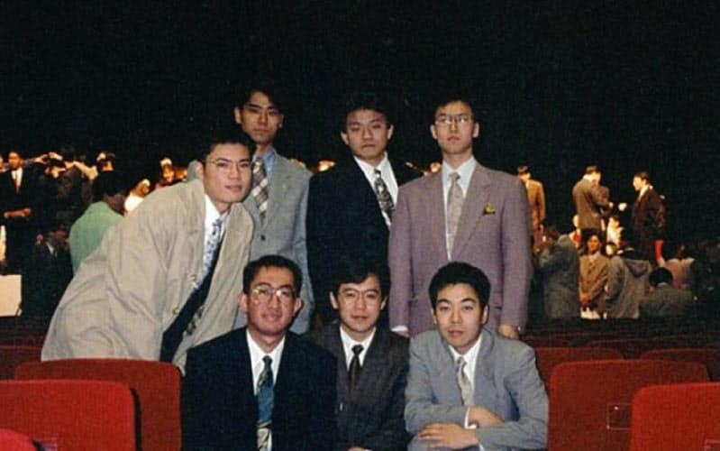神戸大学の卒業式で友人と(後列右から2人目が森岡氏)