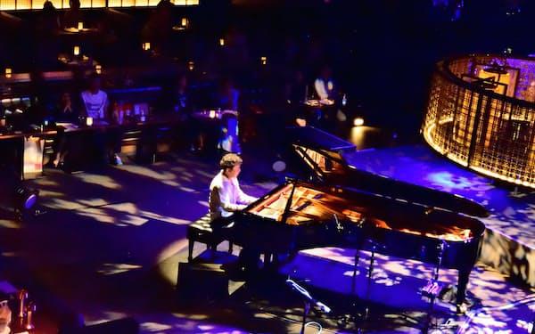 小曽根真は人数制限を逆手にとり、客席の真ん中で演奏した(東京都港区のブルーノート東京)