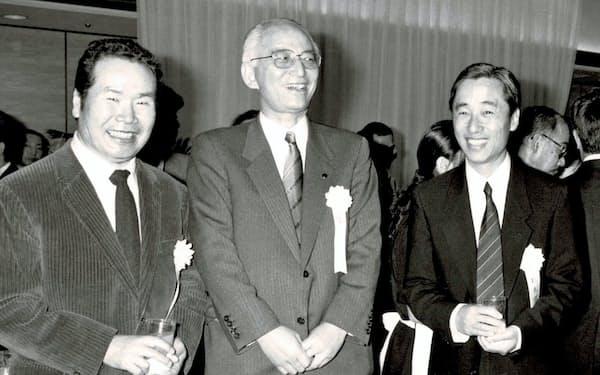 左から毎日芸術賞贈呈式での渥美清氏、毎日新聞社社長の渡辺襄氏、筆者