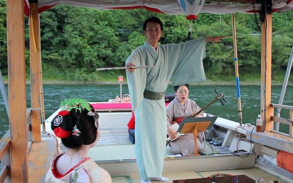 長良川の船上で舞う筆者(中)
