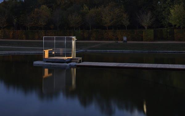 ベルサイユ宮殿内の池に浮く硝子の茶室