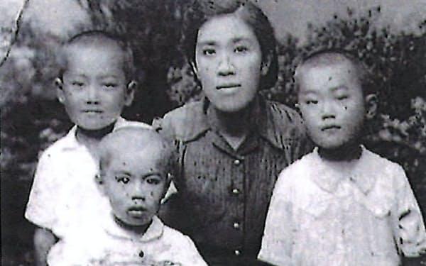 母と弟たち。左端が筆者