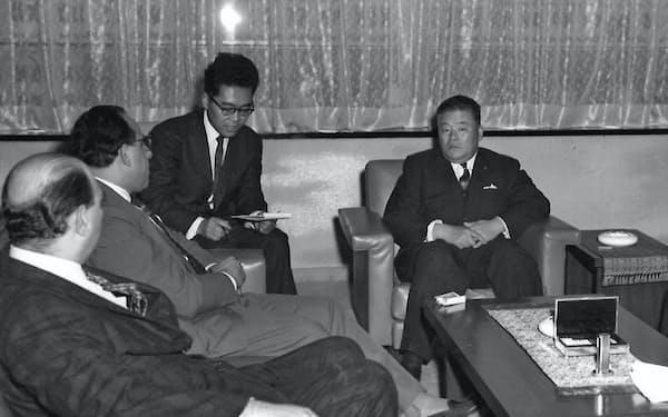 外相当時の大平正芳氏(右)の通訳兼記録係を務める筆者(右から2人目)