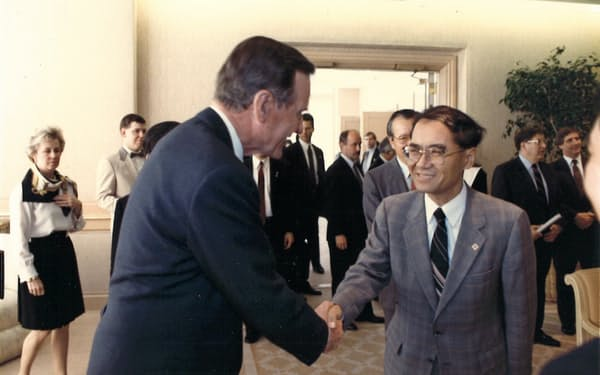 ブッシュ(父)大統領と握手