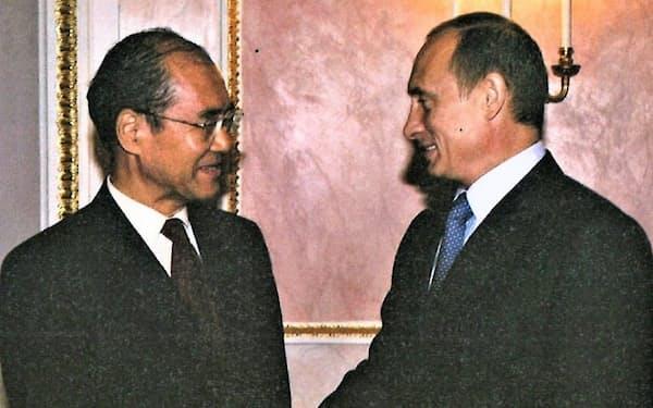 ロシアのプーチン大統領(右)とは英語で話した