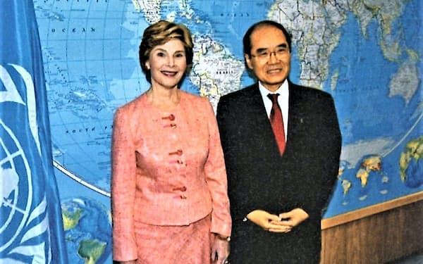 ブッシュ大統領夫人(左)は米代表団の団長を務めた