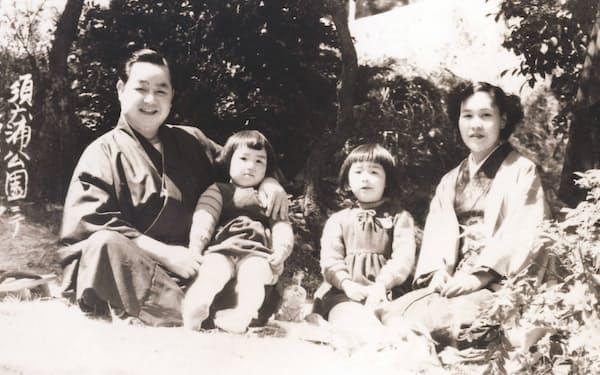神戸市の公園で両親、妹と(右から2人目が筆者)