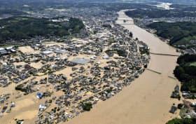 豪雨で氾濫した球磨川と被災した市街地(7月、熊本県人吉市)