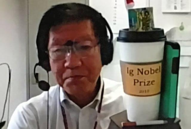 19年のイグ・ノーベル賞受賞時のトロフィーを掲げる明海大の渡部教授。