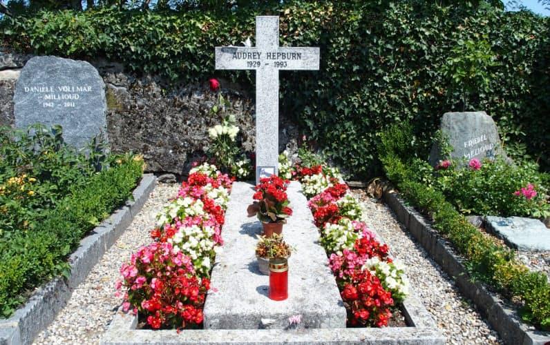 オードリー・ヘップバーンの墓はスイスのトロシュナ村にある