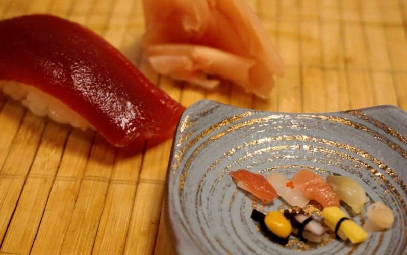 通常の一貫と比べると、一粒寿司の小ささが際立つ