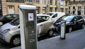 フランスなどは経済復興策として電気自動車の普及に拍車をかけている(2017年、パリ)