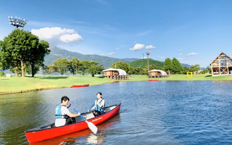 広い池に面して15棟のキャビンや大型テントが点在し、それぞれ専用のカヌーがある(滋賀県米原市)