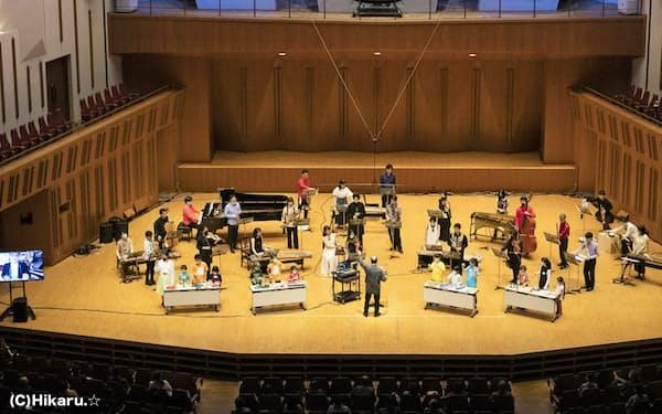 ボンクリではリモートのための作品「Longing from afar」を舞台上で演奏した(C)Hikaru.☆