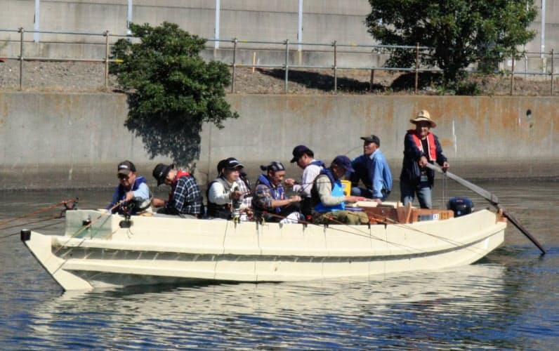 お客さんは私の「練り舟」と呼ばれる櫓さばきでハゼ釣りを楽しむ