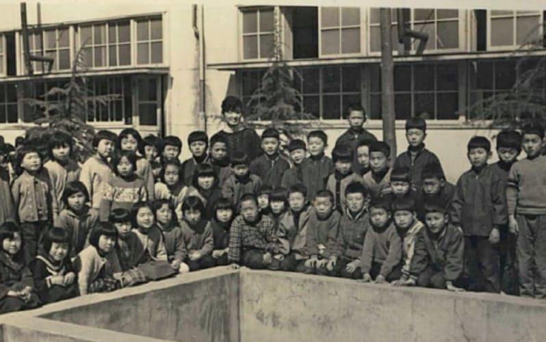 小学3年のクラス写真(前列右から4人目が中島氏、中央奥が森上先生)