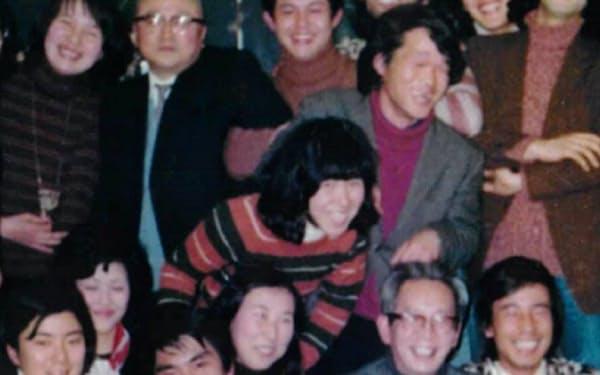 遠山先生(前列右から2人目)を学生らで囲む(後列右から2人目が中島氏)