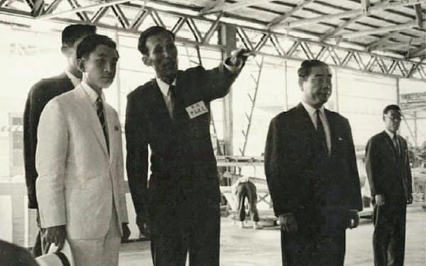 本社工場で皇太子(現上皇さま、左手前)に説明する道夫氏(中)(1965年8月)