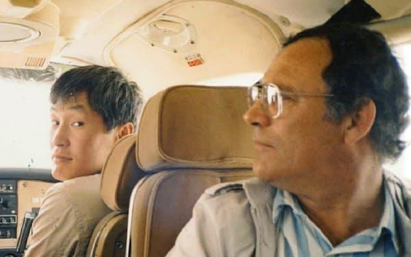米オレゴン州で軽飛行機に乗り込み原木の検品に出かける(左が中島氏)