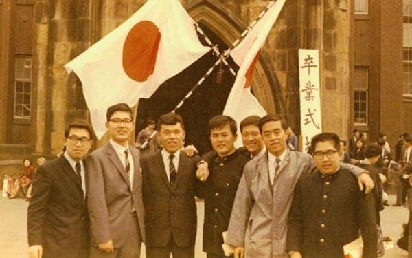1967年3月、東大の卒業式で(中央が筆者)