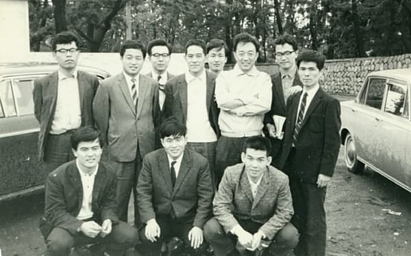東大・井上研究室のメンバー(前列左が筆者)