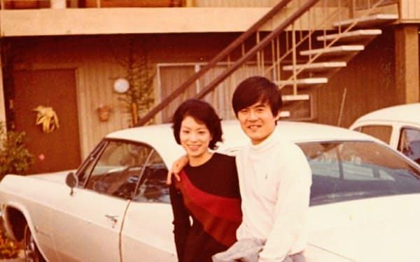 妻と愛車シボレーインパラの前で
