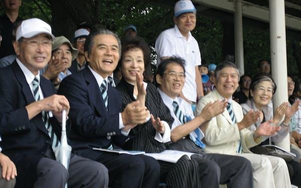 ボート大会で山田理事(左から5番目)と一緒に応援する筆者(同2番目)