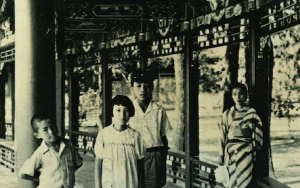 北京の頤和園で家族と(右から母、兄、姉、筆者)